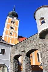 Die Kirche und das Stadttor von Schladming in der Steiermark