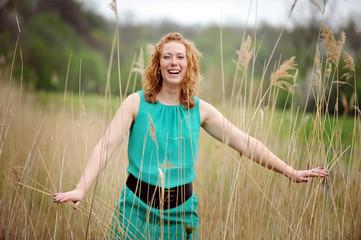 Frau mit sommersprossen lacht