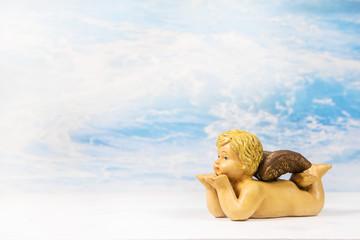 Engel mit blasenden Händen als Hintergrund für eine Grußkarte