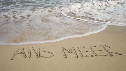 Text ANS MEER in Sand gezeichnet