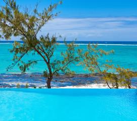 piscine à débordement sur plage de Rodrigues
