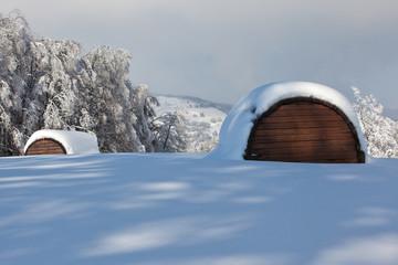 Due rifugi su manto di neve