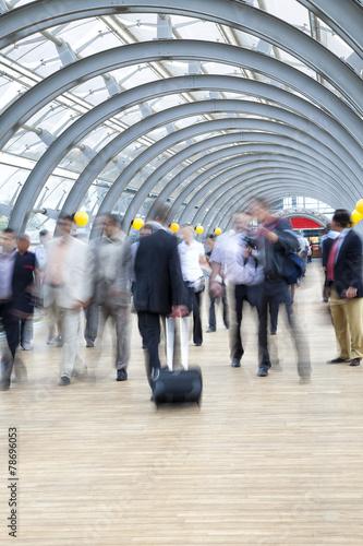 In de dag Commuters rushing in corridor, motion blur