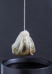 Teebeutel wird in eine Tasse gehängt