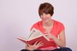 frau beim lesen von einem buch