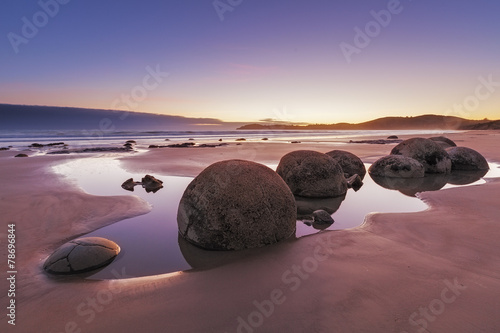 Fotobehang Nieuw Zeeland Famous Moeraki Boulders at low tide, Koekohe beach, New Zealand