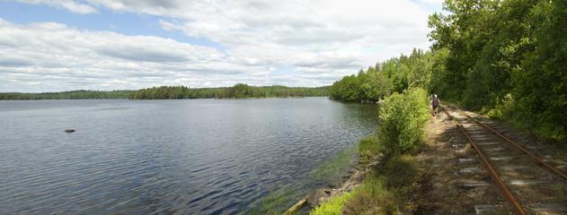 Schwedischer See mit Schmalspurbahngeleisen