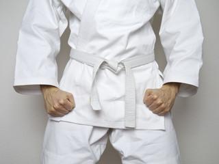 Kampfsport Kämpfer weißer Gürtel Anzug
