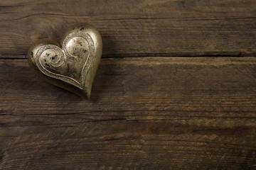Goldenes Herz auf Holz Hintergrund als Grußkarte
