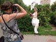 невеста позирует фотографу
