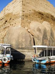 Egypte, hieroglyphes et bateaux sur le Nil