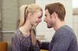 canvas print picture - junges paar schaut sich verliebt in die augen