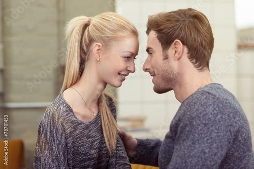 canvas print picture junges paar schaut sich verliebt in die augen