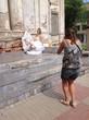невеста позирует фотографу у старой церкви