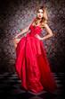 Junge Frau im roten Abendkleid