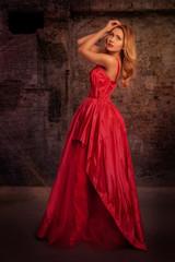 Junge Frau in rotem Ballkleid