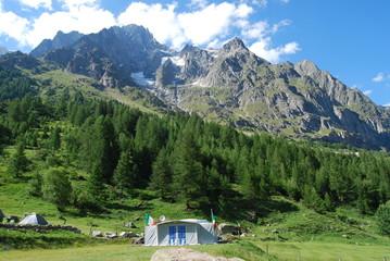 caravan met voortent in het Mont-Blanc gebergte