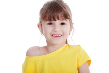 Junges Mädchen mit Zahnlücke lacht glücklich und vertraut