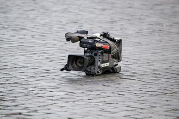 videocamera lasciata a terra sui sanpietrini