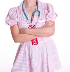 Krankenschwester mit verschränkten Armen vor der Brust