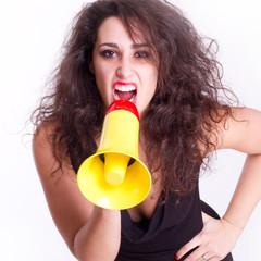 Frau schreit ins Megafon