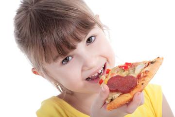 Schulmädchen isst ein Stück Salami Pizza und lächelt