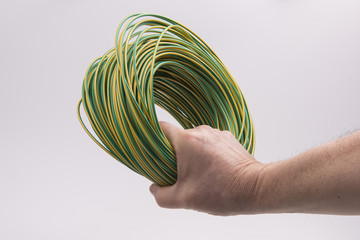 matassa di filo elettrico in mano