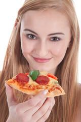 Teenager isst ein Stück Salami Pizza und lächelt