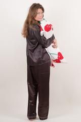 Junge Frau mit Kopfkissen in der Hand