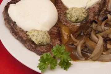 Rindersteaks mit Zwiebeln und Champignons
