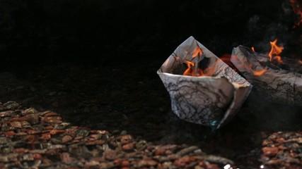 barchette di carta che bruciano
