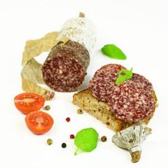 Herzhafte Salami auf Brot