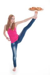 Junge Frau balanciert Pizza Teller mit Fuß