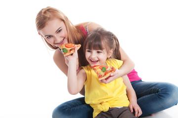Geschwister essen Salami Pizza und haben Spaß