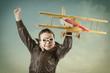 Fröhlicher Junge mit Flugzeug