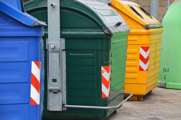 contenedores para el reciclaje en la calle