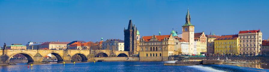 Prague, pont Charles et vieille ville vue de la rive gauche,