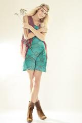 Junge Frau trägt Kleid im Retro Hippie Look