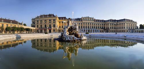 Spiegelung Neptunbrunnen Schloss Schönbrunn Wien