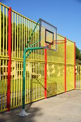 canasta de baloncesto en una cancha urbana