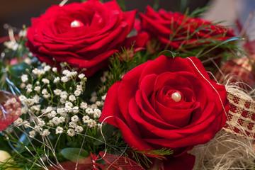 Rote Rosen zum Valentinstag - Ein Blumenstrauß mit roten Rosen