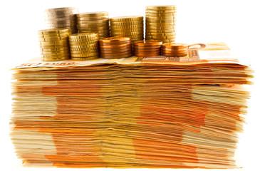 pièces sur billets empilés