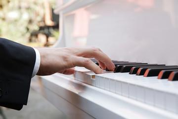 weißes klavier bei einer hochzeit