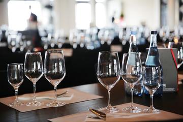 gedeckter Tisch mit Weingläsern