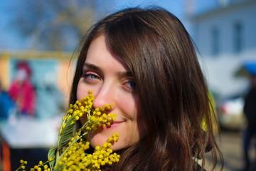 Портрет девушки с мимозой