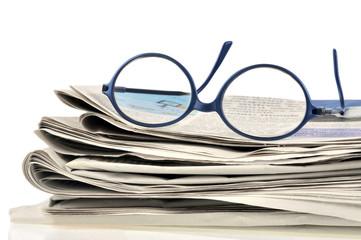 Les journaux et la paire de lunettes