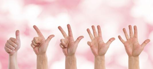Hände zählen von eins bis fünf
