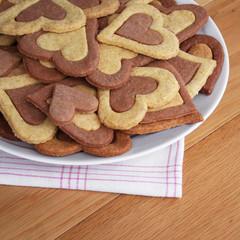 biscotti al cioccolato a forma di cuore su piatto