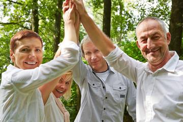 Team aus Senioren gibt sich High Five