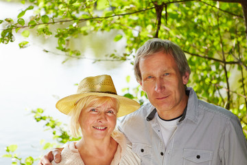 Portrait von einem alten Paar im Sommer
